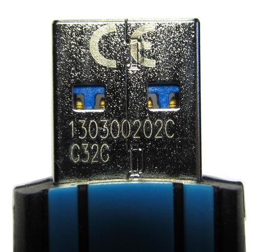 На одной стороне коннектора мы видим серийный номер изделия и лого CE.